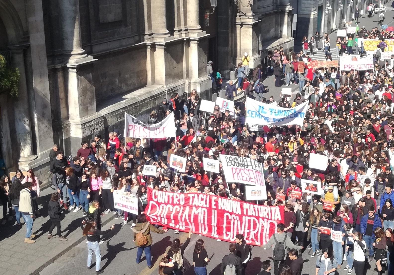 """""""Governo bocciato!"""": studenti in piazza contro la riforma"""